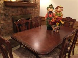 Great dining table w/6 chairs, 2 leaves