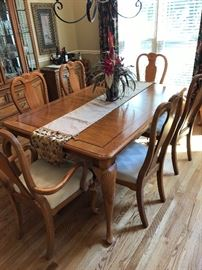 8 chair dinning table with 2 leaves