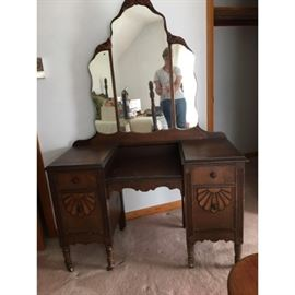 Antique bedroom suite dresser