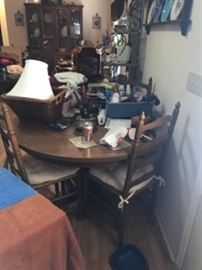 Kitchen table with 4 chairs, includes a leaf