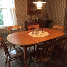 MODERN DINNING ROOM TABLE WITH 2 LEAVES AND 6 RABBIT EAR CHAIRS