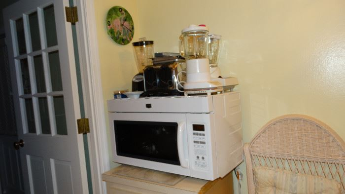 COMBINATION MICROWAVE AND CONVECTION OVEN.