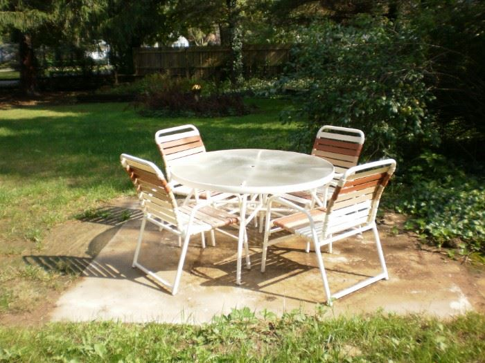 Patio round table and 4 chairs.