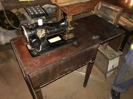 Antique Singer Sewing Machine in Wood Furniture (AD751528)