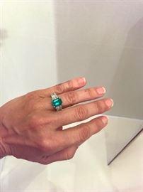 4kt emerald & diamonds ring 18kt white gold