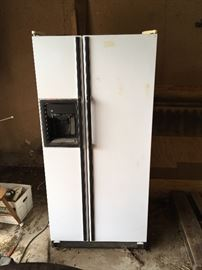 Side by side refrigerator/freezer