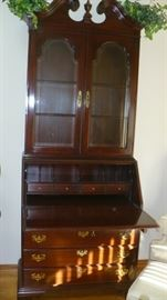 ETHAN ALLEN DROP FRONT DESK IN VERY NICE CONDITION