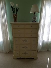 Bedroom set chest of drawers