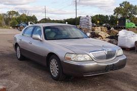 1 Lincoln Town Car 2003  Clear Kansas Title  Runs..