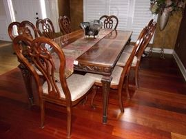 Beautiful Henredon dining room table with 8 Stanley chairs, 2 leaves and padding.