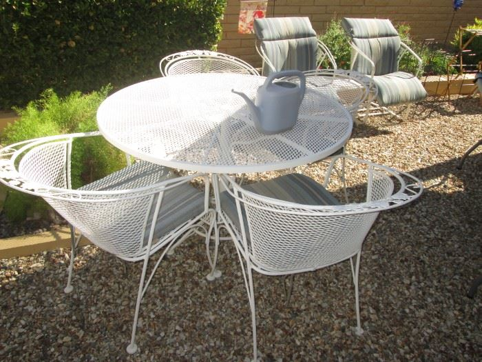 Round Wrought Iron Patio Table/4-Chairs
