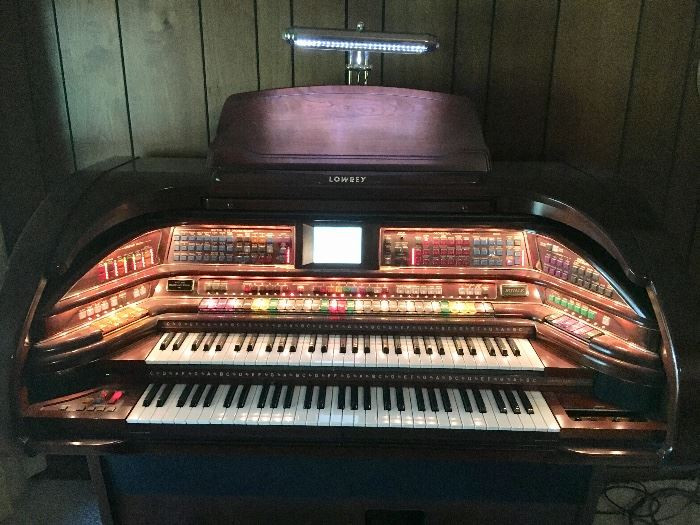 Almost looks like it's decorated for Christmas, high-end Royals Model SU/500 Lowery organ.