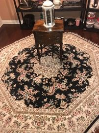 BEAUTIFUL OCTAGONAL RUG AND SMALL ANTIQUE SIDE TABLE