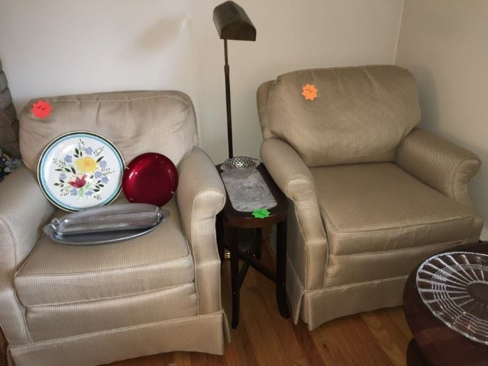 2 neutral upholstered chairs
