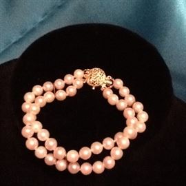 #106   Pearl Bracelet.     14k gold clasp.       $200.