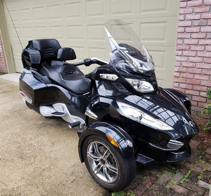 2010 Can-Am Spyder RTS 3 Wheel Motorcycle.  Less than 2,000 miles! Manual
