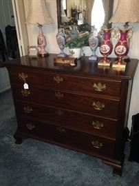 Classic 4-drawer chest; matching vases; matching lamps