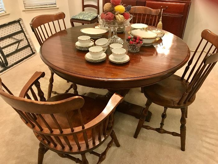 ROUND DINING ROOM TABLE WITH 4 CHAIRS AND TWO LEAVES. MFG. COLONIAL S. BENT