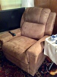 Lazyboy lift chair in good condition,perfect working order, has heat and massage