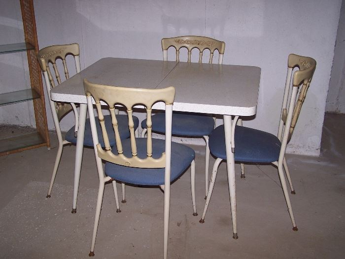 Vintage Formica Table with 4 Chairs and 1 leaf....Excellent Condition