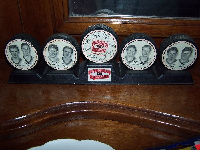 Red Wing Hockey Puck Set