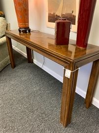 Excellent sofa table.  Will go with any decor.
