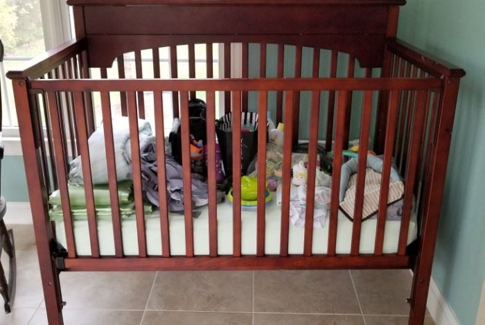 Wood crib in excellent condition