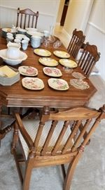 Fantastic Oak dining room table and six upholstered seat chairs, this table is in perfect condition!