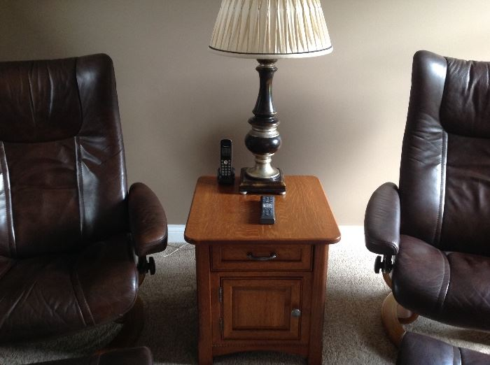 Another oak end table excellent condition