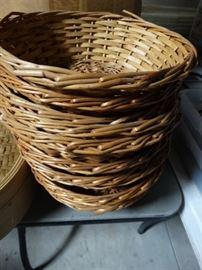 1 Lot of wicker baskets.