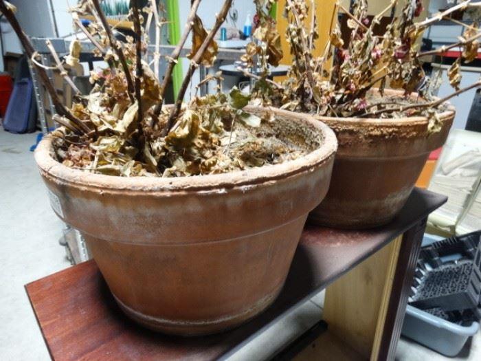2 Matching flower pots.