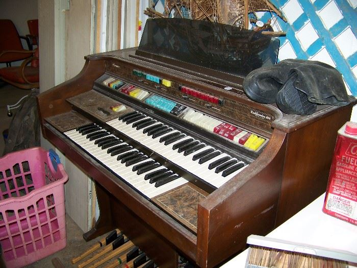 Old organ.  Not sure of working condition