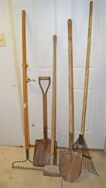 Fall yard cleanup lot  2 shovels, 2 rakes and a ...