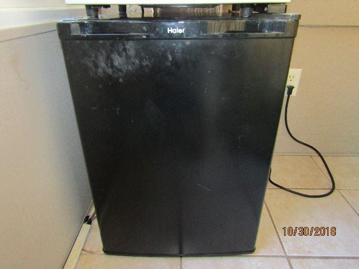 HAIER OUTDOOR REFRIGERATOR AND FREEZER. MODEL HNS3E025BB 17X19X25.. SMALL BAR REFRIGERATOR