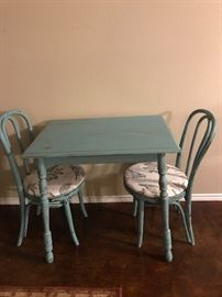 darling table with 2 chairs