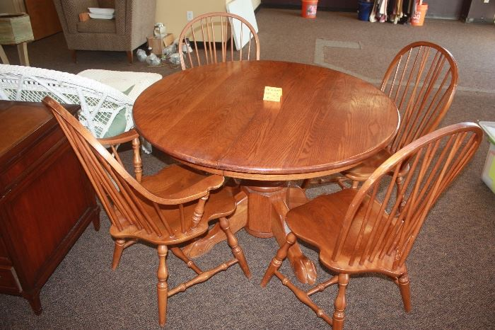 Round Oak Table and 4 Chairs Very nice condition. Great Style!