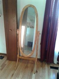 Standing oval mirror https://ctbids.com/#!/description/share/65317