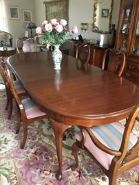Queen Anne style dining table; 6 chairs