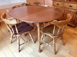 Small kitchen nook table w/4 chairs and extra leaf