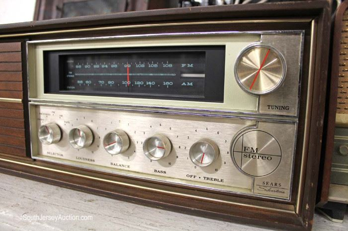 Selection of Vintage Radios and Speakers  Located Glassware – Auction Estimate $20-$100