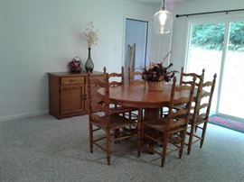 Oak dining room table four side chairs two arm chairs matching Hutch beautiful Golden Oak.
