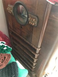 Old old radio.. not working, but a wonderful old classic