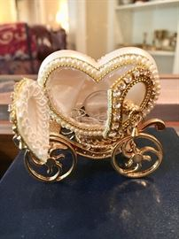 Small heavy well made carriage, perfect for rings 😉 (ring NOT included😘)