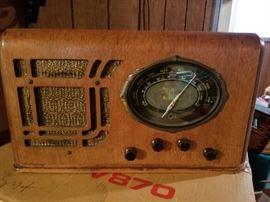 Antique radio, bakelite knobs