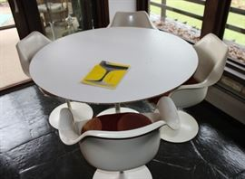 Knoll Pedestal Table & Chairs