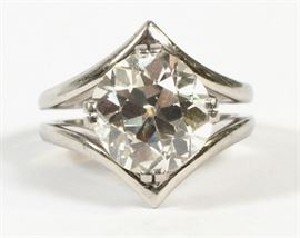 4.13 CT DIAMOND AND PLATINUM RING, WITH APPRAISAL Lot # 1029
