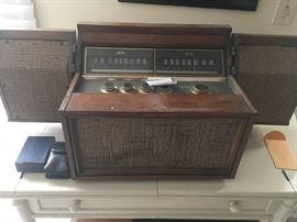 Vintage AM FM Motorola tube radio