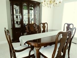 Thomasville Dining table and 6 chairs/2 leaves