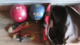 4 Bowling balls, 1 double bowling bag , 2 single b ...