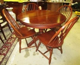 Quality kitchen dining room table and 4 chairs w/ 2 leaves